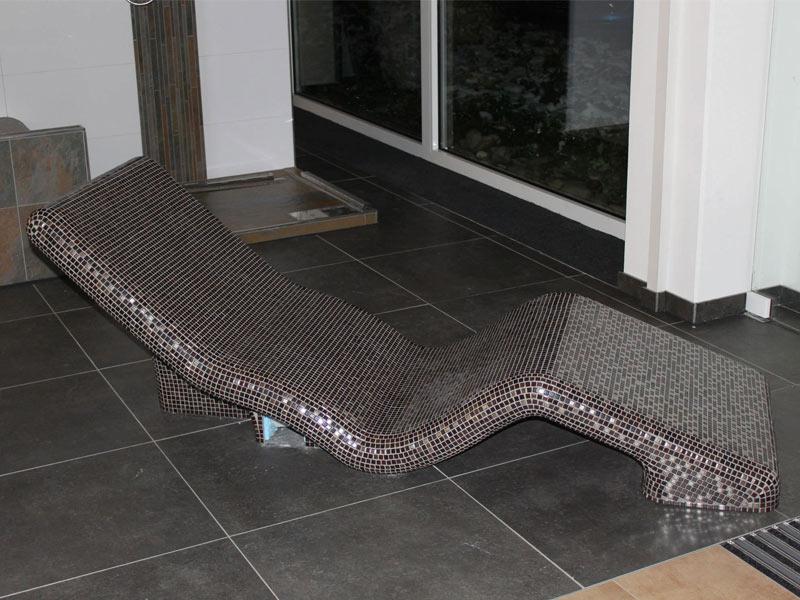 khema-srl-galleria-chaise-longue-in-cemento-con-mosaico-spa-sistemi-di-riscaldamento-elettrico